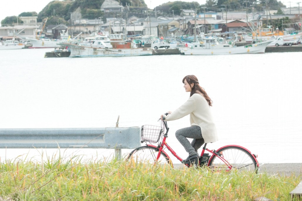 自転車で買い物に出かける女性 1030 min